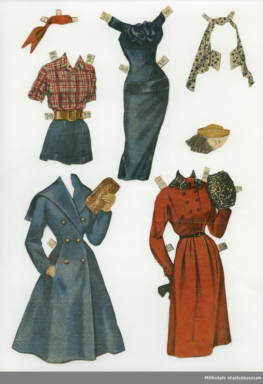 """Klippdocka med kläder och tillbehör från 1950-talet. Docka och kläder märkta """"June Allyson"""" - dockans namn. Dockan, av papp, föreställer filmstjärnan June Allyson (1917-2006), tryckt med fotolikhet, och iklädd underkläder av baddräktsmodell, samt högklackade skor. Garderoben, urklippt ur tidning, består av två tröjor, kjol, set med skjorta och shorts, två aftonklänningar, varav en med minkstola, två kappor, två galaklänningar, ytterligare en minkstola, fyra hattar, samt tre scarves. Dockan har dessutom tillbehör som halsband, näsdukar, toilet-artiklar, blommor och ett filmmanuskript. De mindre föremålen förvaras i ett C6-kuvert med texten """"Småsaker, June Allyson, Audrey Hepburn"""", handskrivet. I denna har tidigare även klippdockan """"Audrey Hepburns"""" (MM 04586) småsaker förvarats. Docka och kläder förvaras i en pappmapp med trycket """"Senorita"""" och flamencodanserska, samt """"Barbro Hedvall"""", """"June Allyson"""" handskrivet."""
