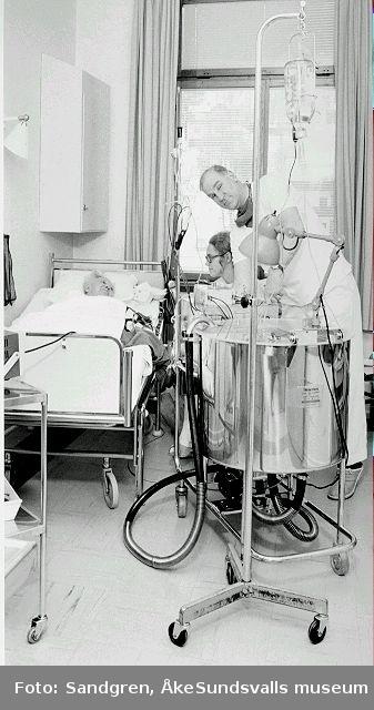 Sjukvårdspersonal behandlar patient på behandlingsrum.