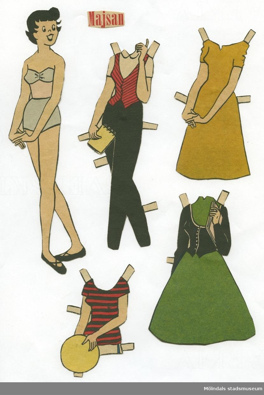 """Pappersdocka med kläder, urklippt ur tidning på 1950-talet. Docka och kläder är märkta """"Majsan"""" på baksidan - dockans namn. Dockan föreställer en ung kvinna med kort, svart hår, iklädd axelbandslös behå, underbyxor och skor. Garderoben består av två klänningar, två set med kjol och tröja/jacka, tre set med byxor (korta och långa), två kappor och hattar. Docka med kläder förvaras i en gul kartong (L: 300, B: 190, H: 20 mm) med texten """"Art 330/42, Storlek 40/105, Färg vit"""" på kortsidan. I denna förvaras ytterligare en pappersdocka (MM 04684)."""