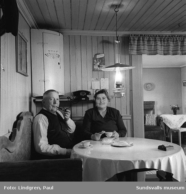 """Hemma hos Larssons, """"Marma"""".  Strumpstoppning. Herr och fru Larsson."""