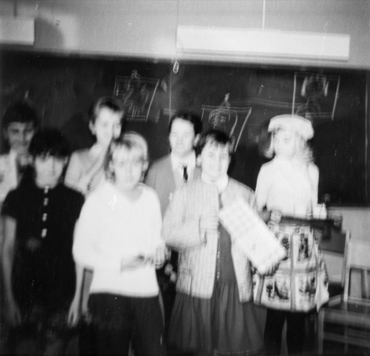 Klassens timme 4:de klass. Övre raden: Ester .W., Barbro Johansson, Birgitta. Nedre raden: Lena, Pirjo Lindfors, Maine Wennerlöw, Yvonne.
