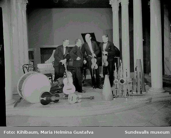 Män med musikinstrument.