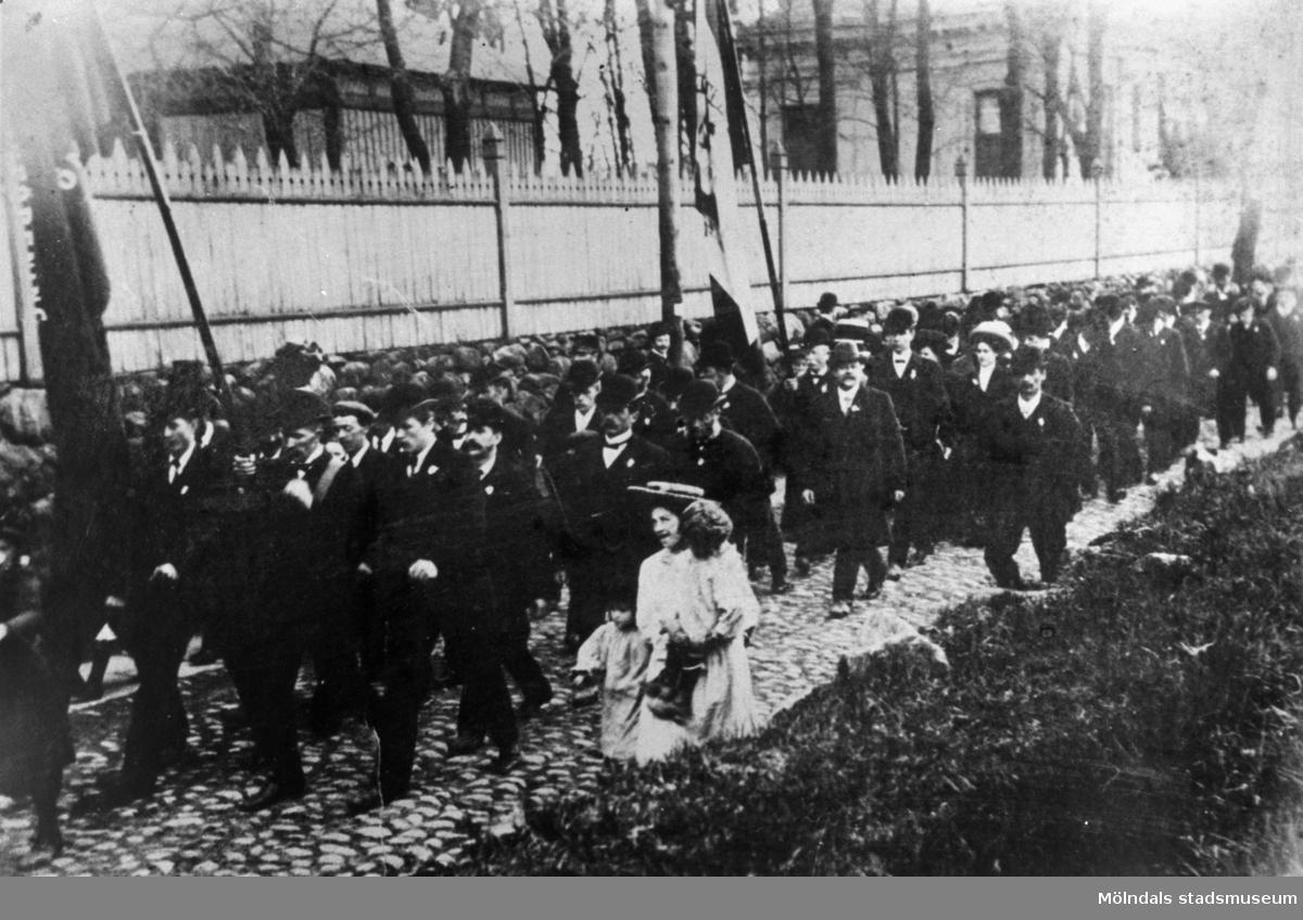 Demonstrationståg längs med Kvarnbygatan i Mölndal på 1910-talet.