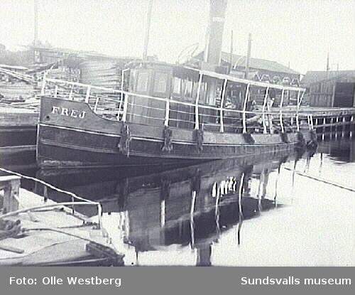 """Bogserbåten """"Frej"""" vid kaj vid brädgården, Johannedals sågverk. Olle Westberg var maskinist på Johannedals båtar, brodern Richard var däckskarl."""
