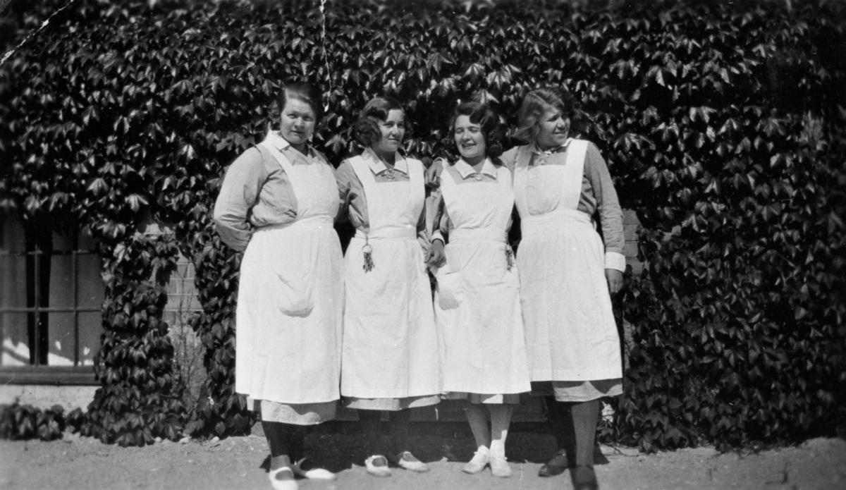Karin Hasselberg står näst längst till höger, övriga är okända.