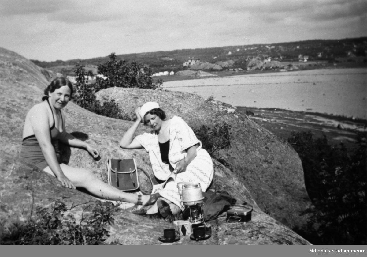 Sigrid och Alice som arbetade på Stretereds skolhem solar och badar vid Askims badvik.