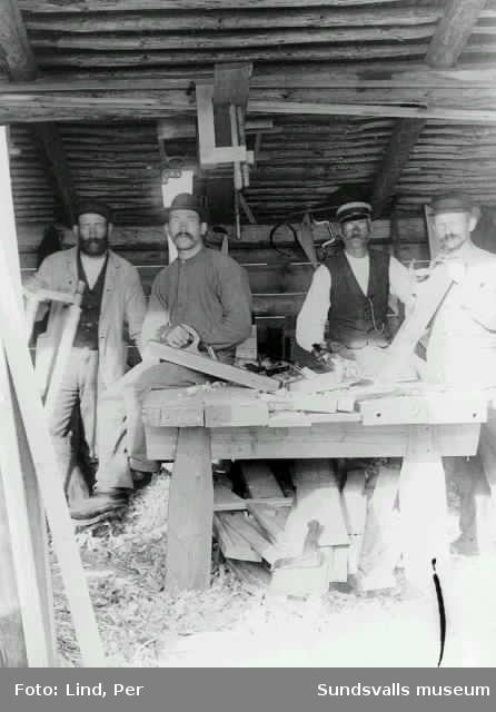 Alby 1898. Snickare som arbetar inomhus.