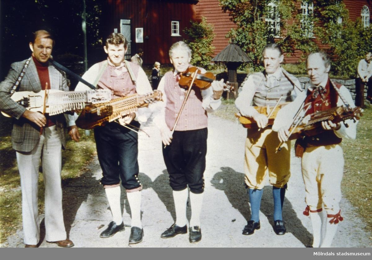 Spelmansstämma i Ramnaparken, Borås 1977.Fem spelemän med nyckelharpa och fioler. Från vänster. Bertil Warvne, Tuve, Sven-Åke Svensson, Lindome, Gustaf Svensson, Lindome, Paul Davidsson, Möklinta och Sven Stålhberg, Bollebygd.