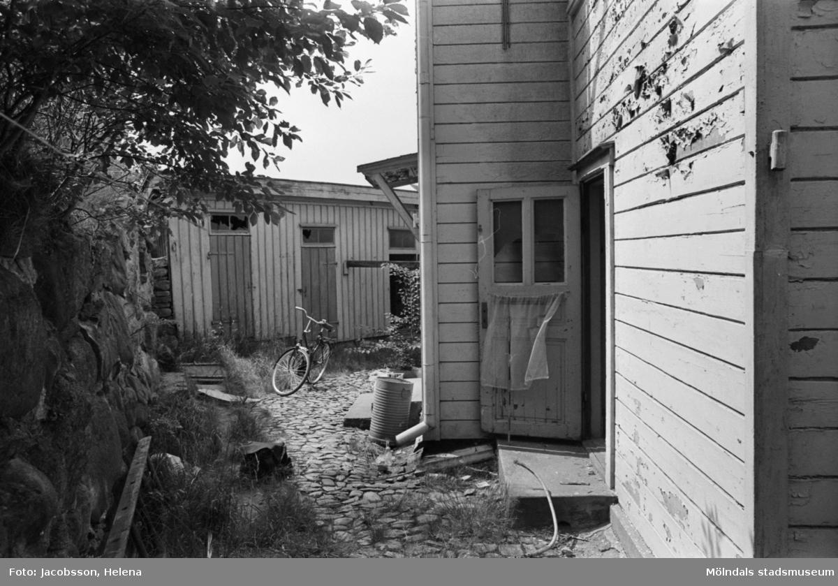Roten K 1 i Mölndals Kvarnby. Uthus, gårdsbild.