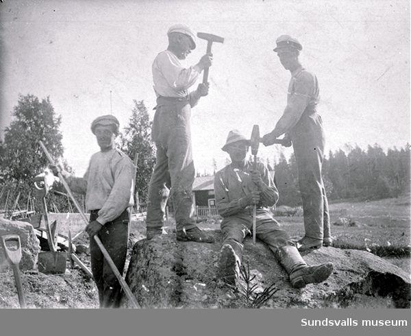Vägarbete. Vägförvaltningen.Fr v Johan Sjödin, okänd, Vilgot (el Viljam?) Vesterlund och Emil Vesterlundalla från Norrhassel.