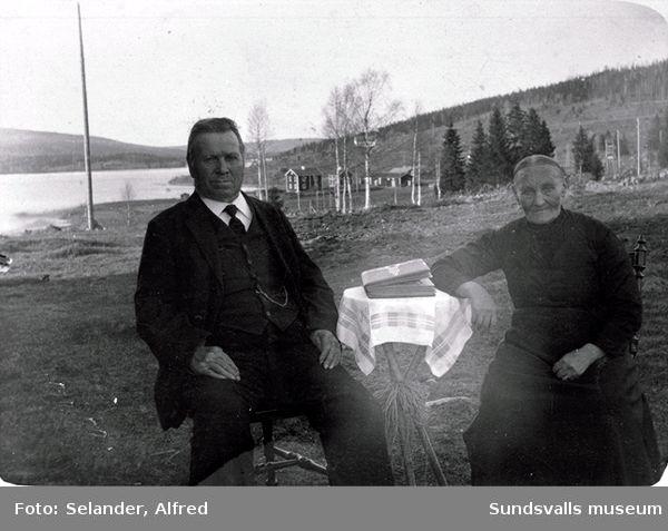 Farbror Oskar Granlund och Marta-Erika, född Nilsson. Granlund bodde på torpstället Glöbacken i Vigge. Fru Granlund var syster /alternativt barn, två uppgifter förekommer/ till torparen Jon Nilsson och Marta Kristina