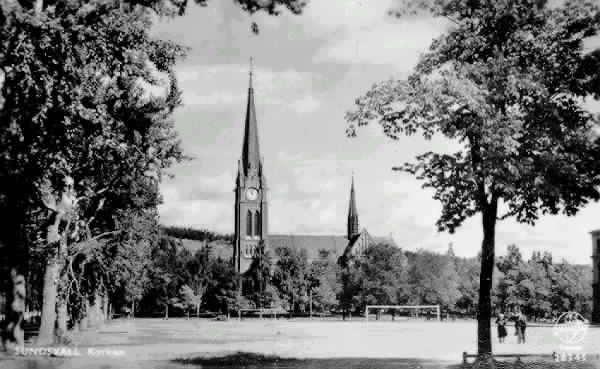 """Gustav Adolfskyrkan och fotbollsplan. Text på vykortet """"Sundsvall. Kyrkan."""""""