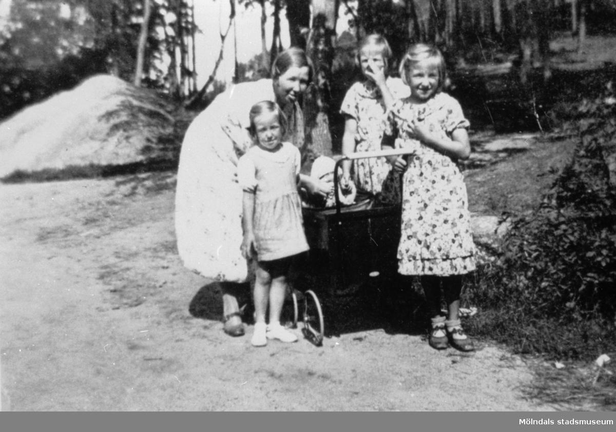Svea Larsson står tillsammans med flickorna Siv, Britt och Anne-Marie runt en barnvagn med lille Ebon i. 1938 på Åbybergskullen.
