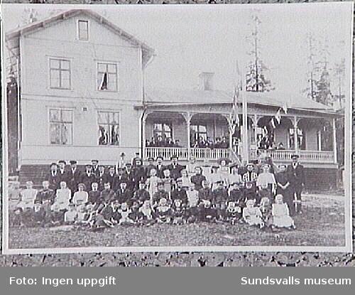 Gruppbild i samband med festligheter i logen Livräddningsbojen, som var verksamma under åren 1880-1956. I bakgrunden logebyggnaden Idyllen, Svartvik.