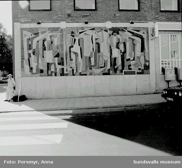 """Mosaik, """"Folkvimmel"""" av Nils Wedel, 1955, på Posthuset."""