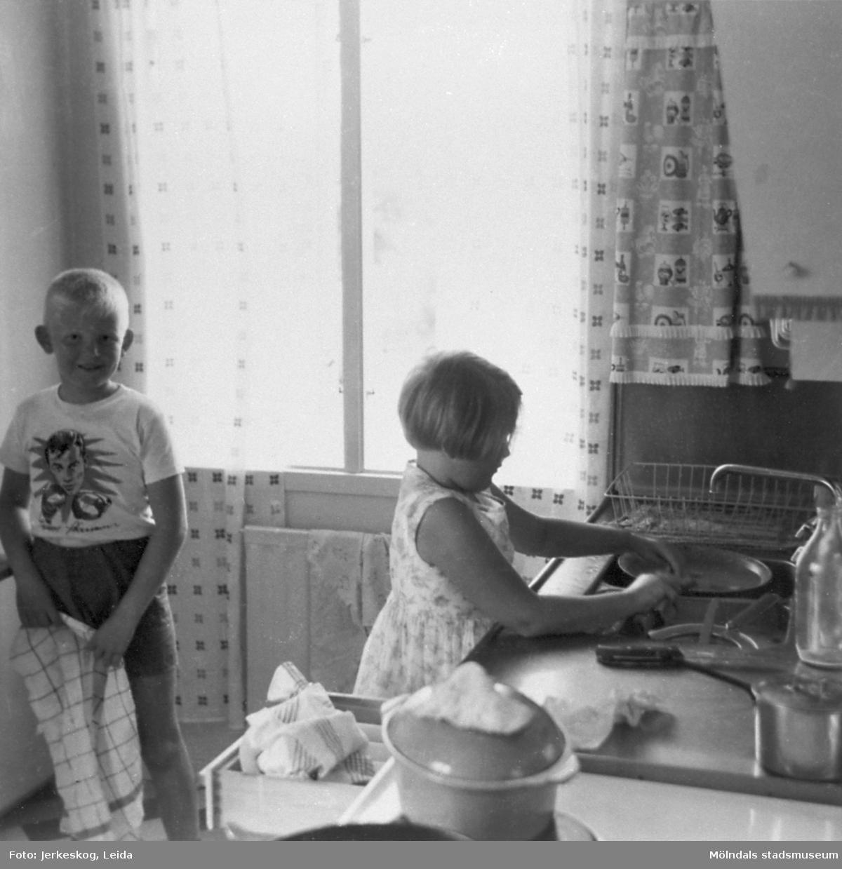 Två barn som diskar, Ulf och Marita Jerkeskog, 1960.