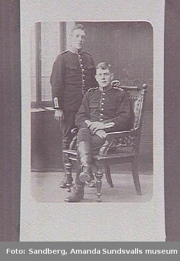 Två unga män i militär uniform.
