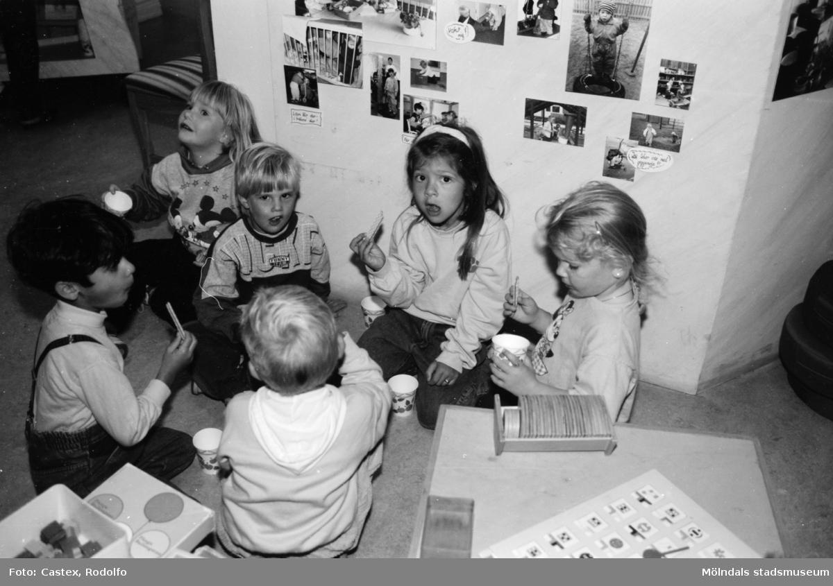 Sex barn sitter på golvet och fikar i samband med en utställningsvernissage av och om Katrinebergs daghem på Mölndals museum 1993-09-10.