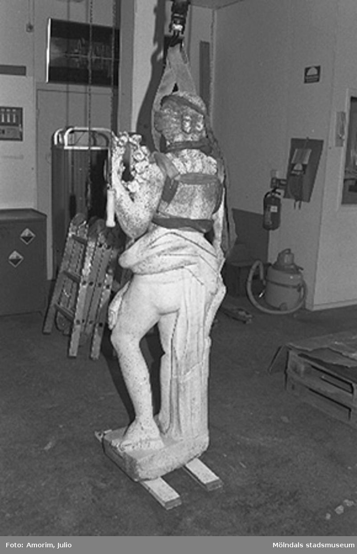 Dokumentation av lagning av skulpturer Bacchus och Flora efter sönderslagningen 1993.