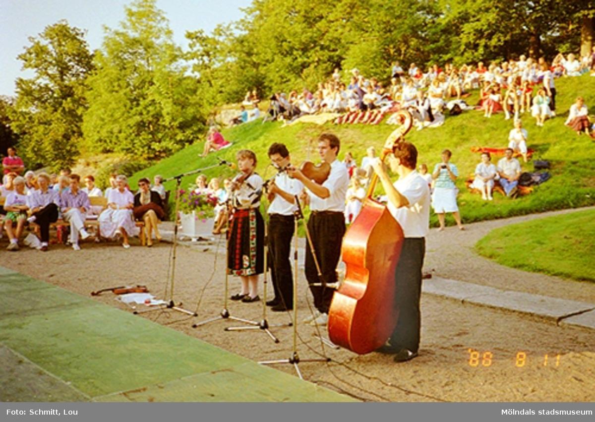 Publik i bakgrunden och musikarrangemang framför Gunnebo slott 1988-08-11.