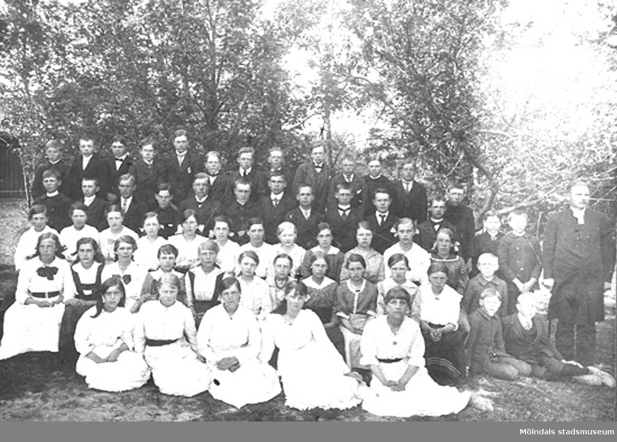 Karin Hasselberg (1903 - 1996) sitter i andra raden nerifrån, sjätte från vänster.Detta kan eventuellt vara ett konfirmationskort taget 1918.