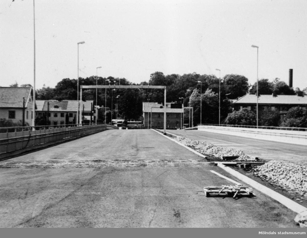 Man ser båda vägbanorna uppe på Mölndals bro (eller Kvarnbygatsviadukten). Bron är fotograferad mot väster (mot Storgatan) när Mölndals bron byggdes 1975.