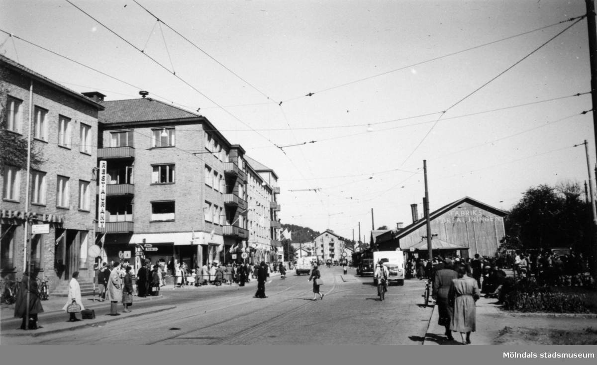 Utsikt från början av Kungsbackavägen mot norr utefter Göteborgsvägen. Man ser Centrumhuset (Göteborgsvägen 1-5) och fabriksförsäljningen i hörnet mellan Kvarnbygatan och Göteborgsvägen.
