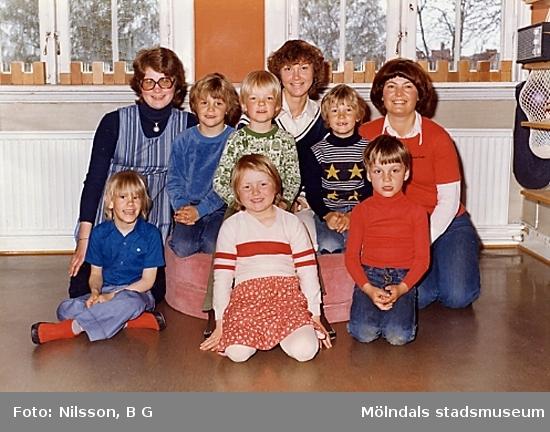 Tre fröknar och en grupp barn. Holtermanska daghemmet juni 1973.