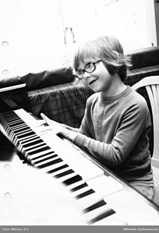 Ett barn som spelar piano. Holtermanska daghemmet maj 1975.