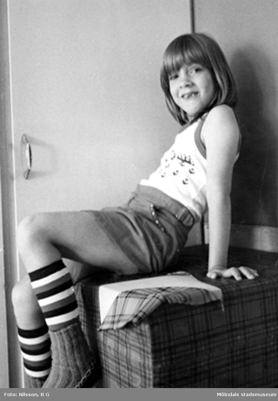En flicka som sitter på en stor kudde. Holtermanska daghemmet, okänt årtal.