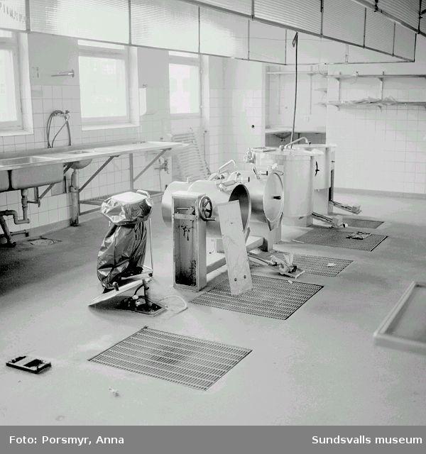 Detaljfotografering av Holmgården inför rivning.Lokaler byggda för ålderdomshem, har sedan också använts till kontor, daghem ,fotvård och elevhem.