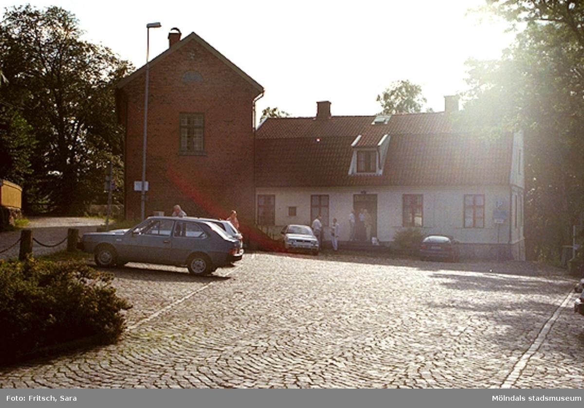 Parkeringsplats utanför Mölndals hembygdsgård i Mölndals Kvarnby, 1996.
