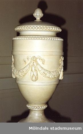Prydnadsurna placerad på räcket i stora trappa, Gunnebo slott, cirka 1993. Urnan är nytillverkad (i trä?) efter Carlbergs ritning (Cbg 29).