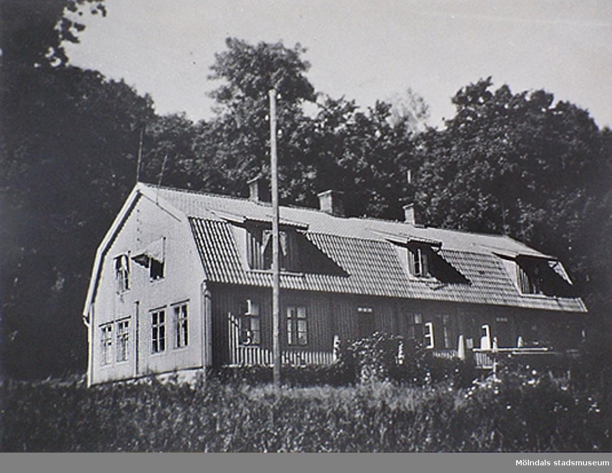 Kärra Hökegård var ett försörjningshem för såväl senildementa som psykiskt sjuka, utvecklingsstörda och ensamstående mödrar. Verksamheten försvann i och med att Lackarebäckshemmet stod klart 1951.