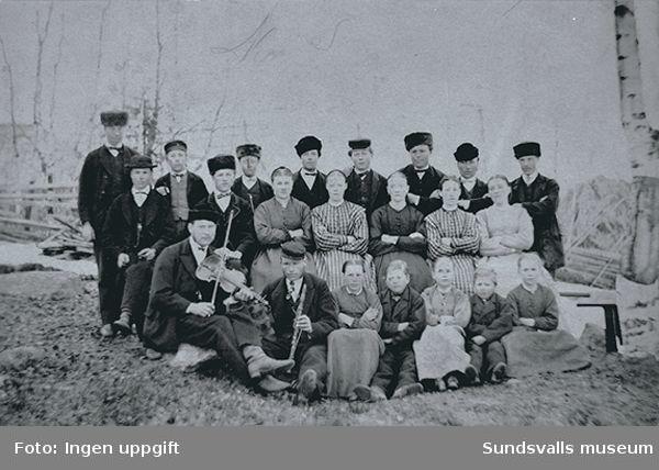 """Text, """"""""År 1870 uti Attmarby. Uppteckning på detta kort, hvilka personer, som äro här fotograferade: Abram Grafström, N P Grafström, S A Grafström,J O Grafström, (alla)  Attmarby, A Abram Hansson, Bölom, P Widell, Wifsta,P O Svensson, Forss, S Andersson, do (Sven Andersson, 13 år), G Widell, Wifsta, L P Forsberg, Attmarby."""