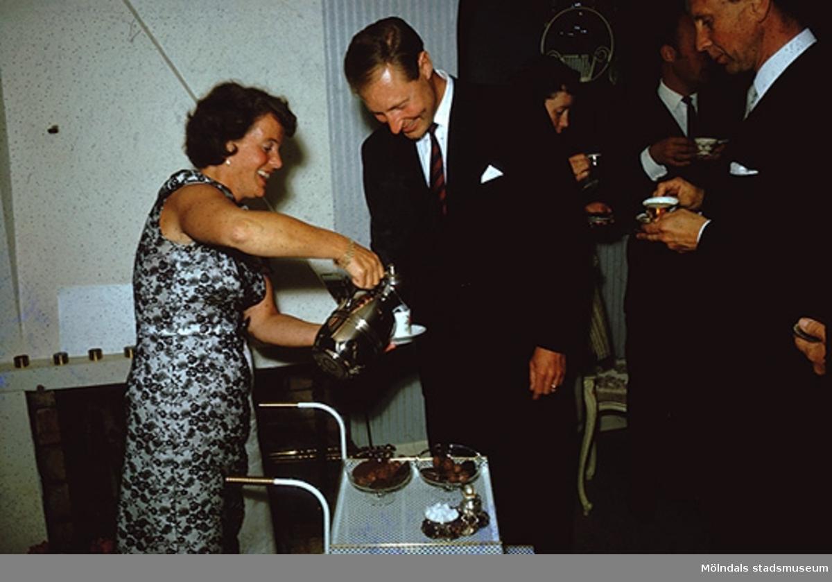 Margit Wannerberg serverar kaffe. På kalas med närmaste vänner (okända) i Pixbo, efter 1958.