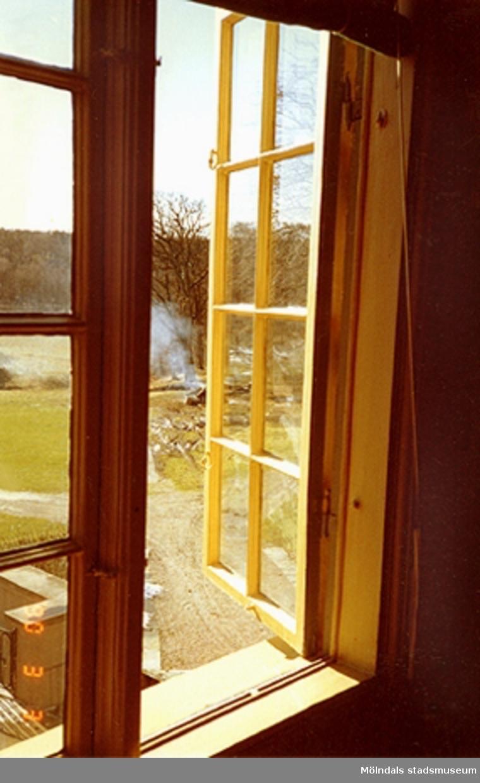 Vy genom ett öppet fönster mot slottets sydvästra sida.