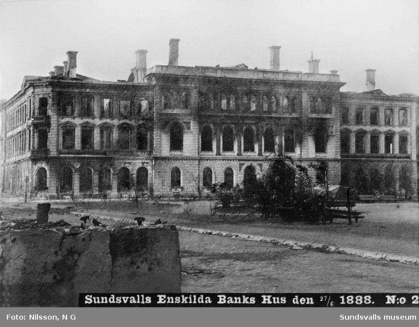Det brandhärjade Sundsvalls Enskilda Banks hus, efter stadsbranden 1888. De ursprungliga tornen har rasat samman.