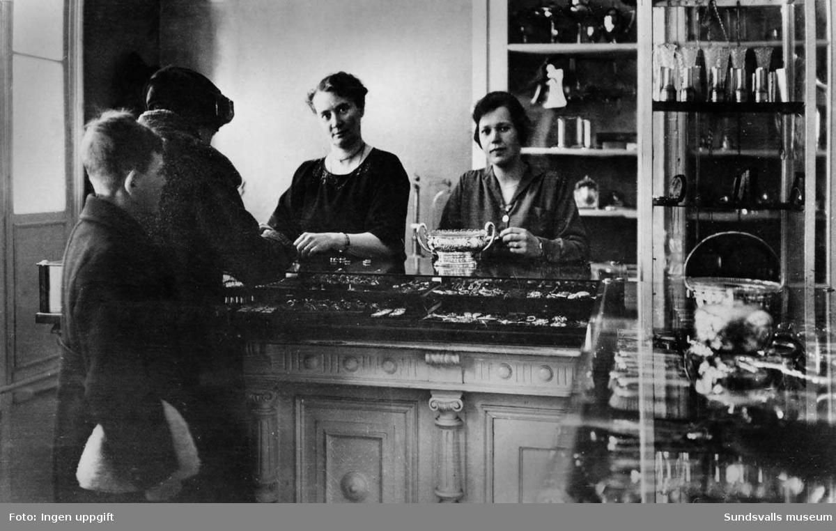 Guldsmed A F Anderssons affär på Torggatan. Fru Maria Vilhelmina Andersson till vänster.