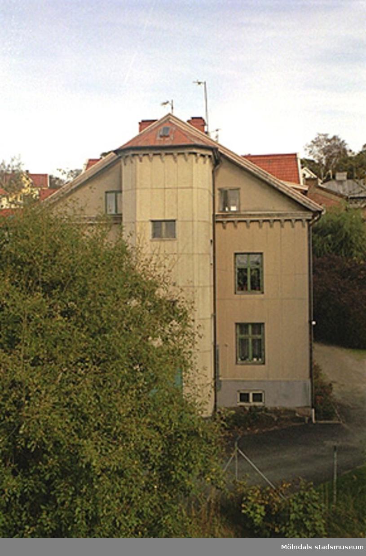 Bostadshuset Byggnad 222 inom Papyrus område. Vy från väster, oktober 1998.
