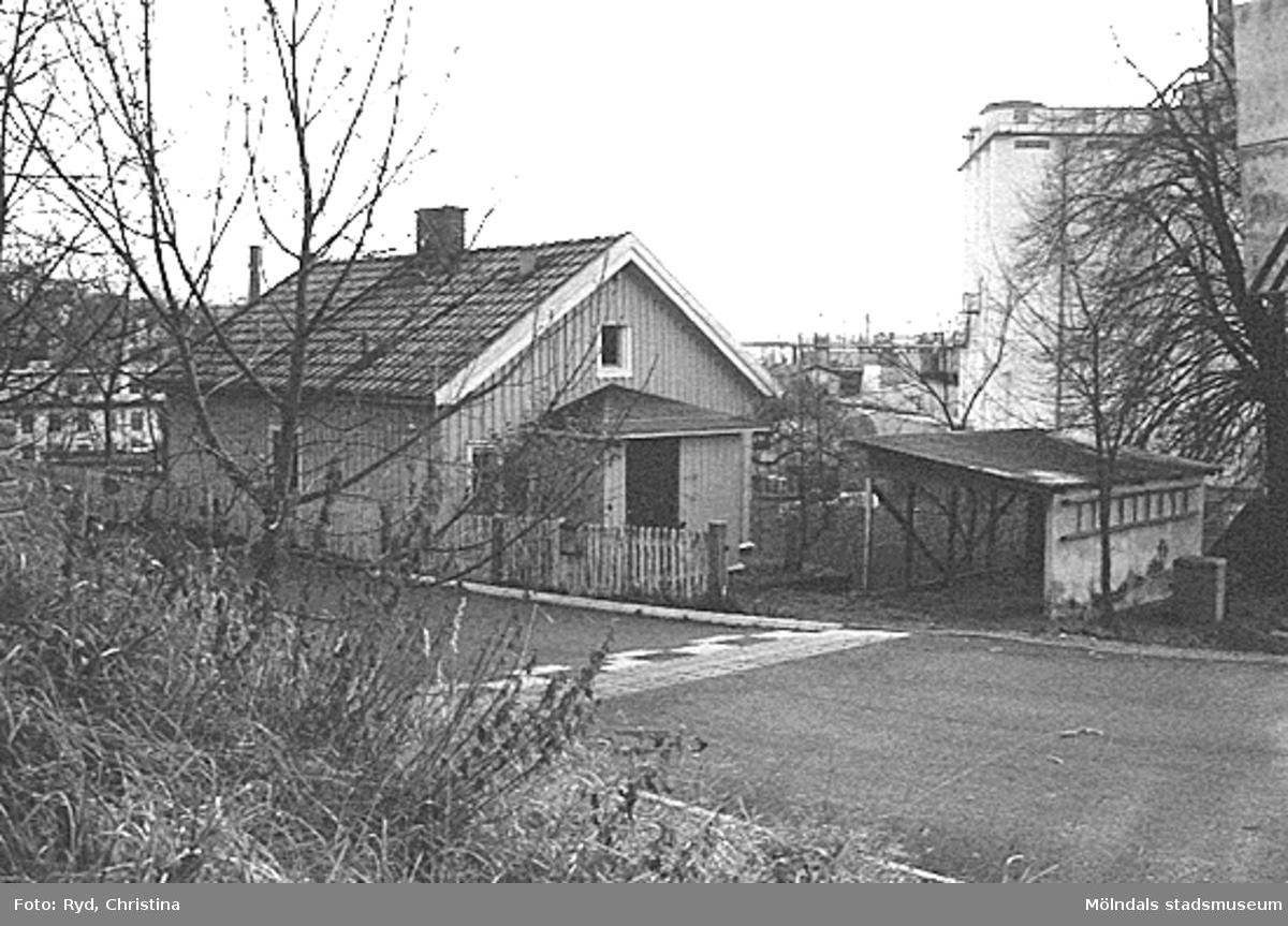 Ett bostadshus strax ovanför järnvägen vid Mölndals övre, december 1992.