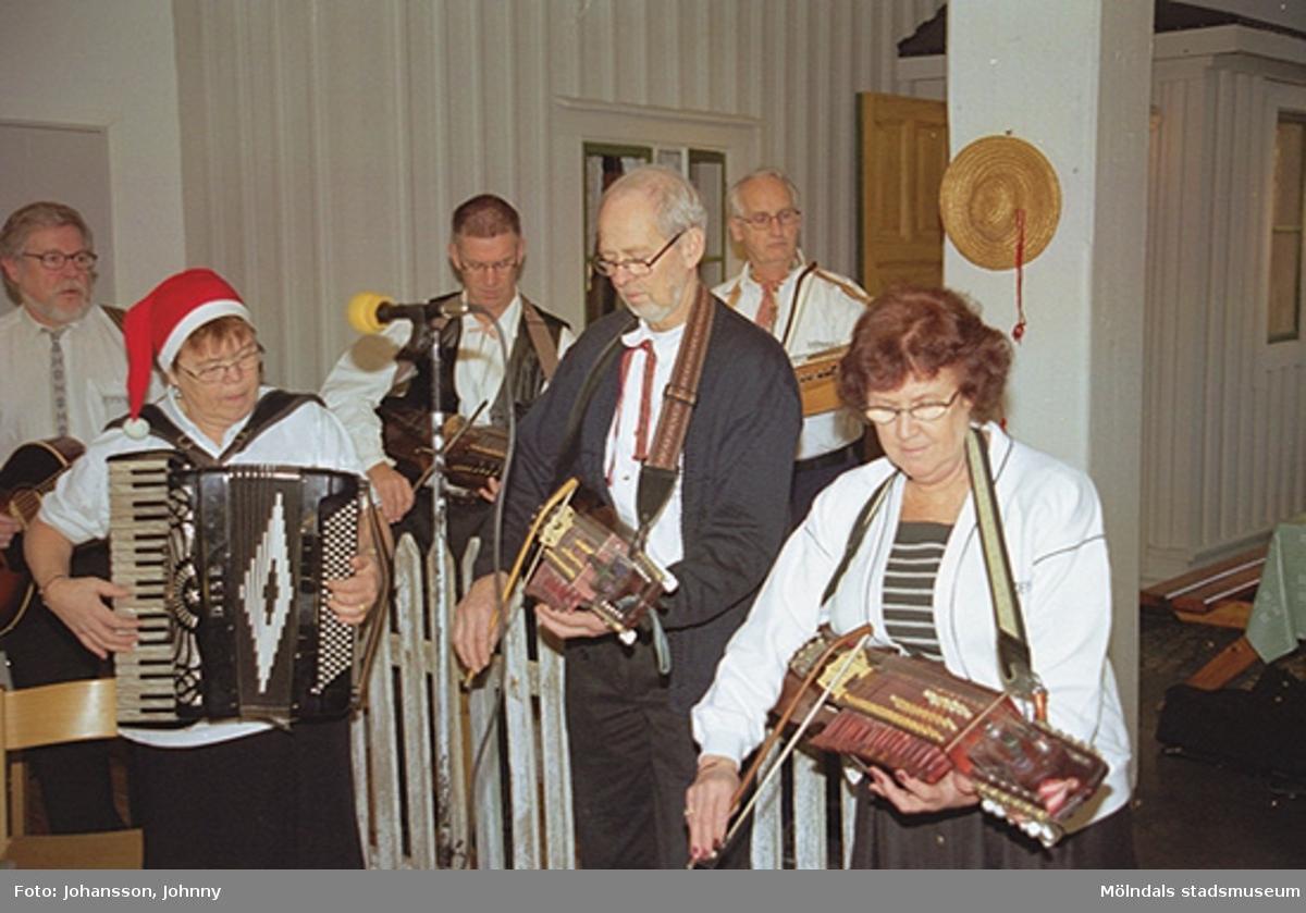 Lommebôs spelmanslag spelar i Forscaféet på Mölndals museum 2002-12-22.