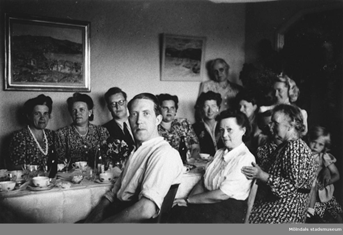 """Torrekulla, 18 maj 1948.Pappa """"Petter"""" Pettersson firar sin 35-årsdag, tillsammans med sina arbetskamrater.Pappa sitter längst fram i mitten. Till höger om honom sitter arbetskamraten Britta, mormor Nora Krantz och lilla Eva Pettersson.Eva är storasyster till givaren Karin.Petter är pappa till givaren Karin Hansson f Pettersson."""
