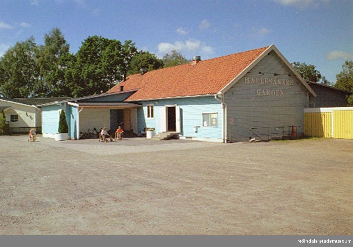 Hällesåkergården/Hällesåker 3:64 ligger i Lindome.Från söder. 1998-08-19.