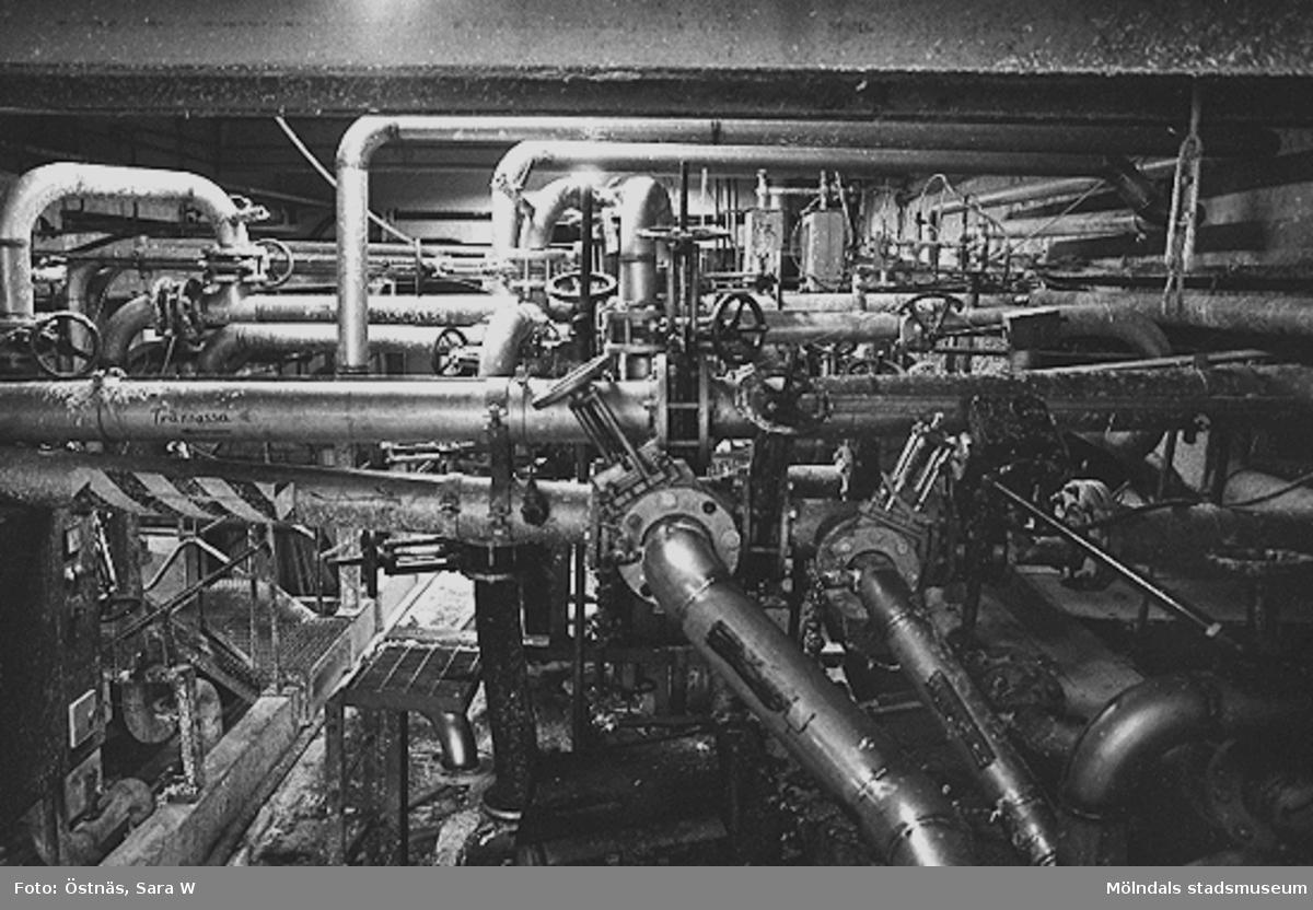 Interiördetalj från pappersfabriken; rör, kablar och ventiler.Bilden ingår i serie från produktion och interiör på pappersindustrin Papyrus.