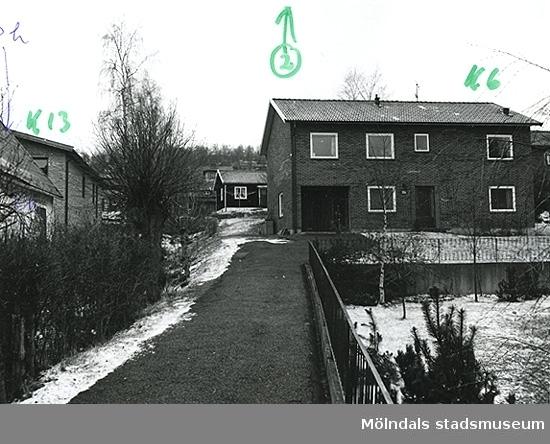 Bostadshus på Fässbergsgatan 30B i Toltorpsdalen, Mölndal. Till vänster i bild syns bostadshuset på Lyckogatan 4A.