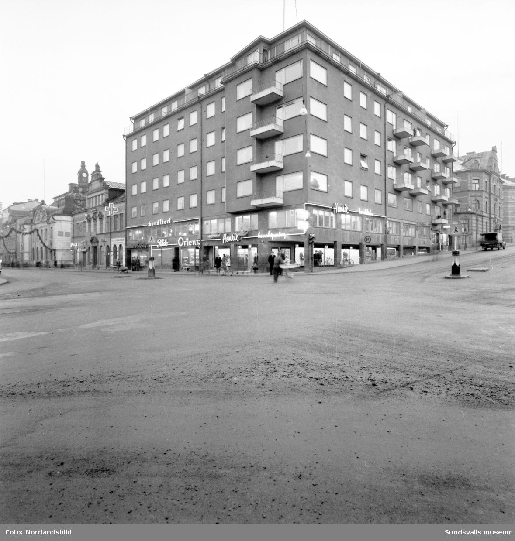 Exteriör av byggnaden på Storgatan 33 i korsningen av Skolhusallén och Storgatan. Konditori Orient, Kåde, Henrix med flera affärer.