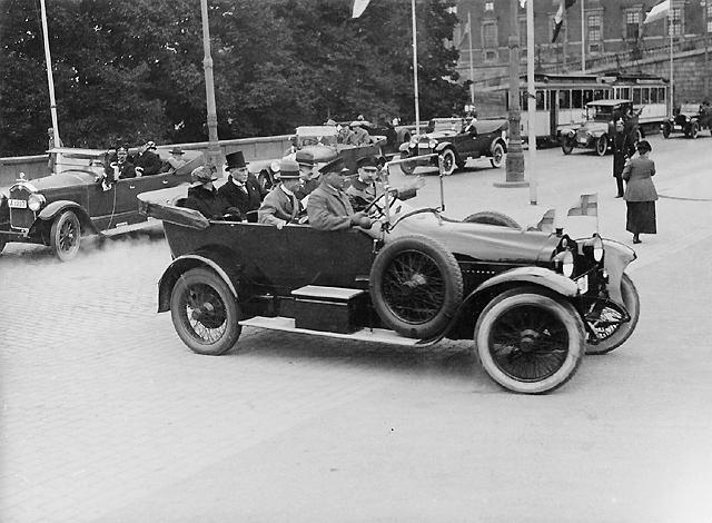 Bilkortègen. I första bilens baksäte generaldirektör Juhlin i brittiskt sällskap.