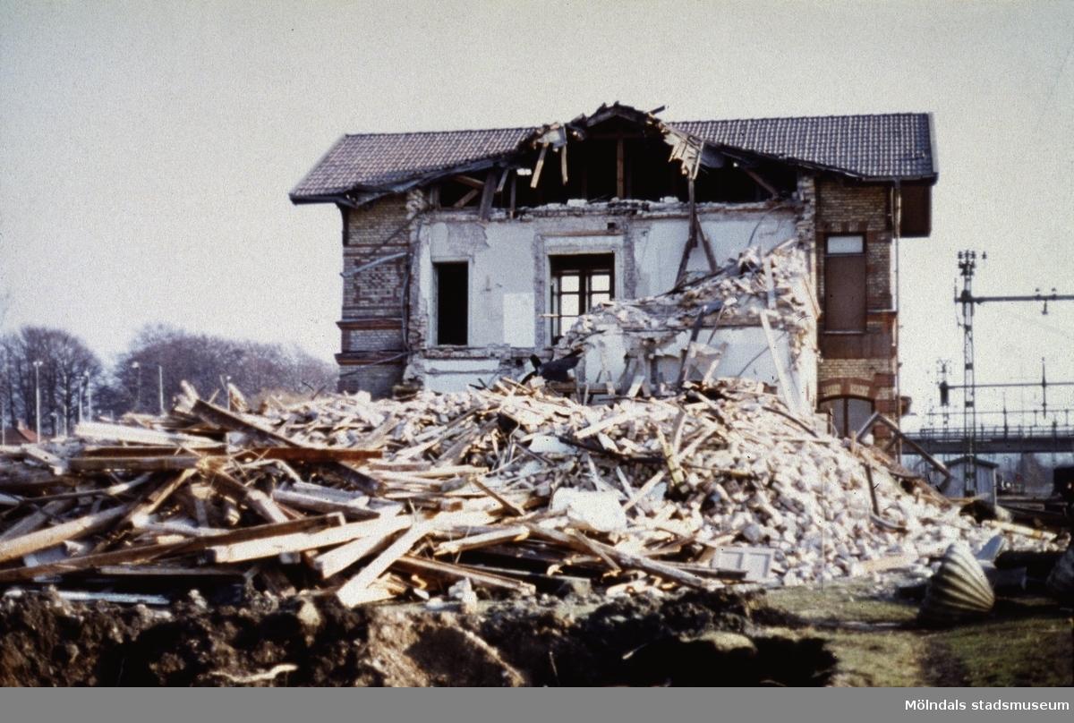Rivning av järnvägsstationen Mölndals Nedre i Mölndal, år 1977.