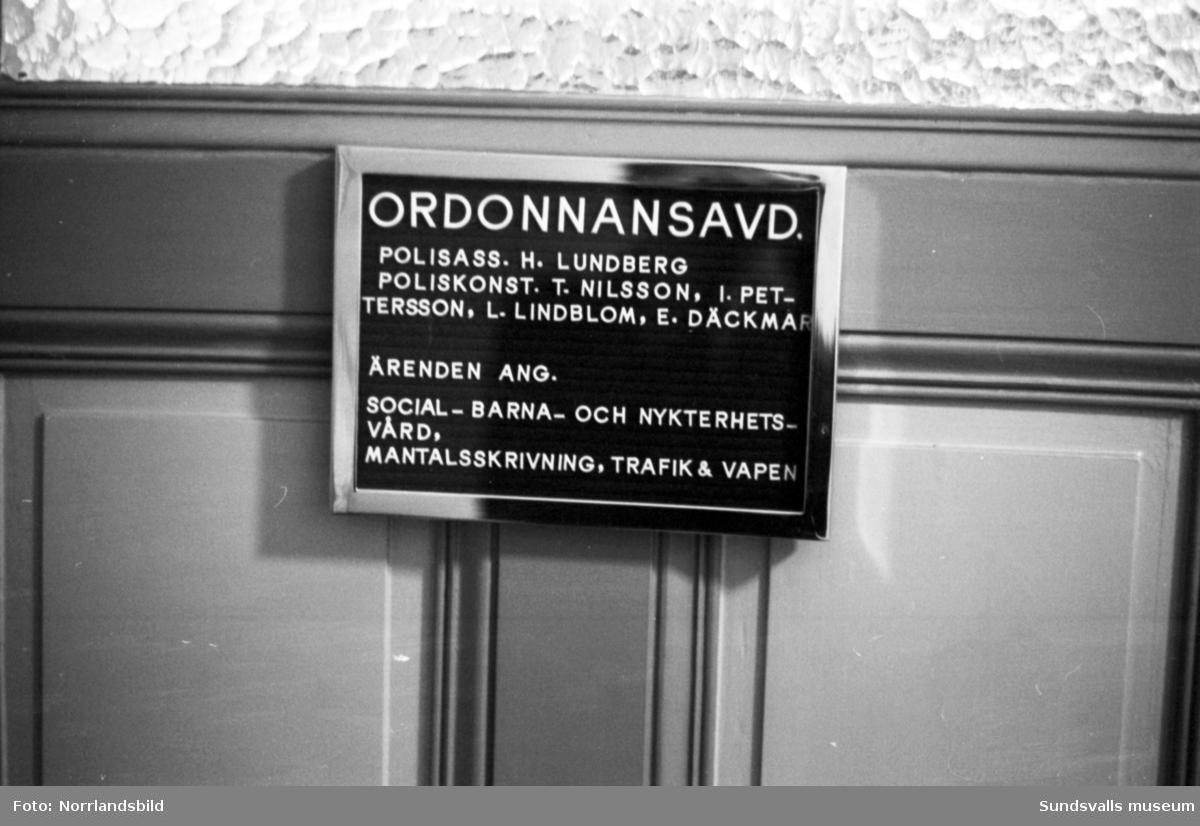 Full aktivitet av alla de slag i Stadshuset. Reportage från tiden då Stadshuset inrymde såväl polisstation som festlokal.